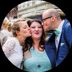 ein Brautpaar küsst Friederike Delong nach ihrer Hochzeit mit einer freien Trauung in Wiesbaden